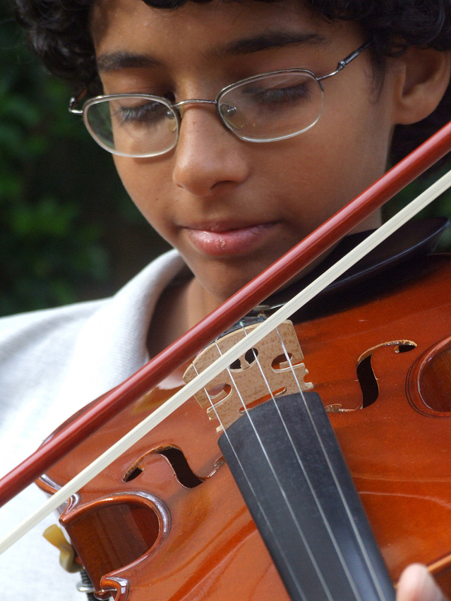 Picking the best music teacher - image violinist on https://musicmasterlab.com