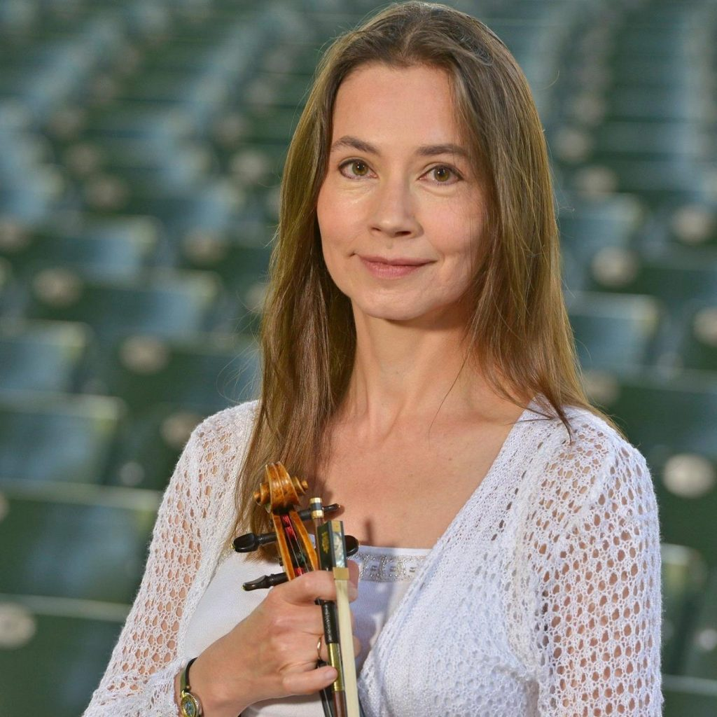 Interview with Elina Kalendarova - Violinist of The Philadelphia Orchestra. - image Elina-Kalendarova-1024x1024 on https://musicmasterlab.com